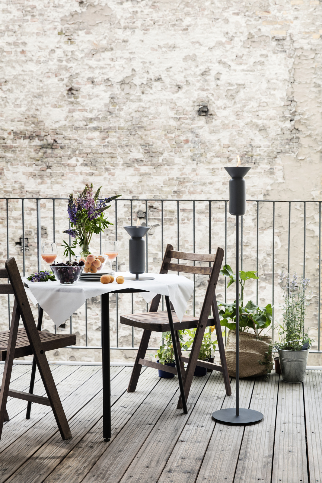 Poppy_Black-grey_skinny_table_and_long_balcony