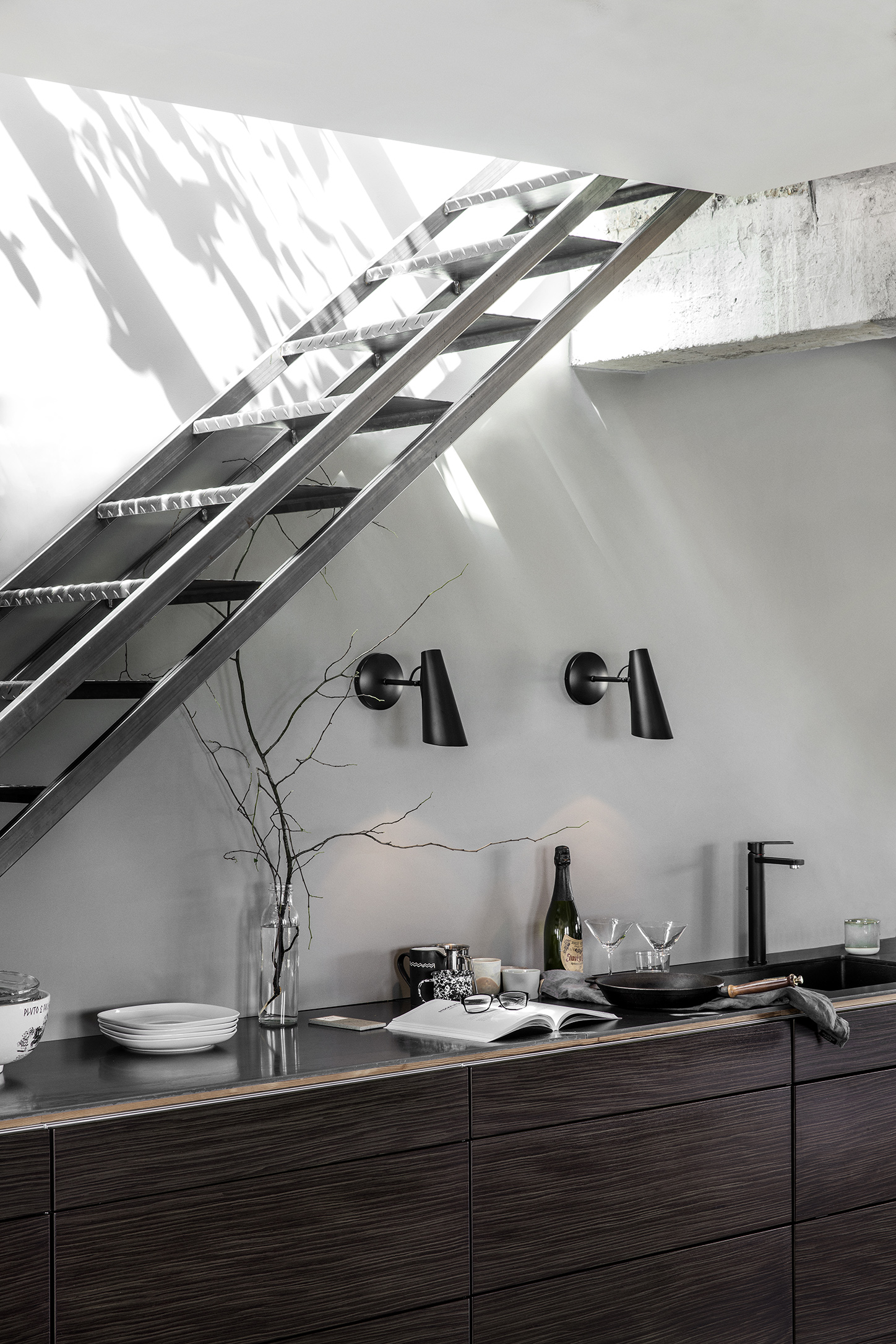 Birdy_Wall_short_All_black_kitchen