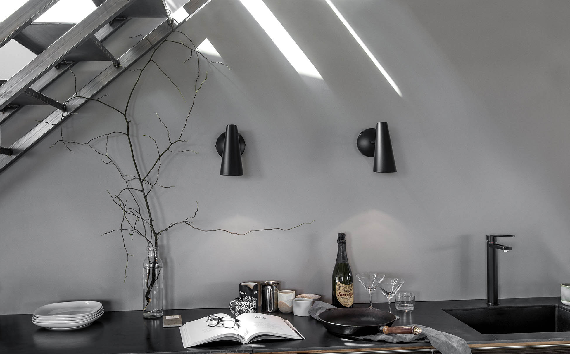 Birdy_Wall_lamp_short_All_black_Northern_wide
