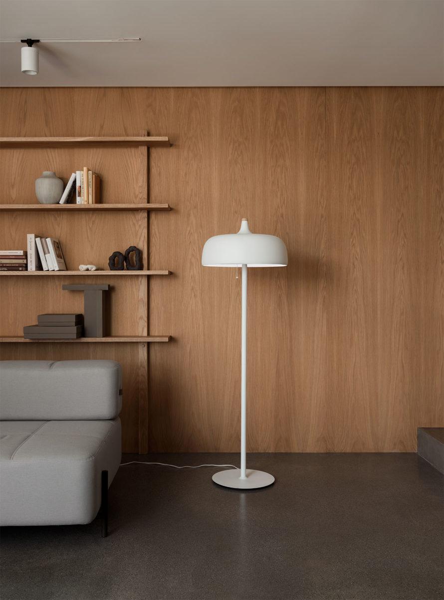 Acorn_floor_lamp_white_w_sofa_Northern_Photo_Einar_Aslaksen_Low-res