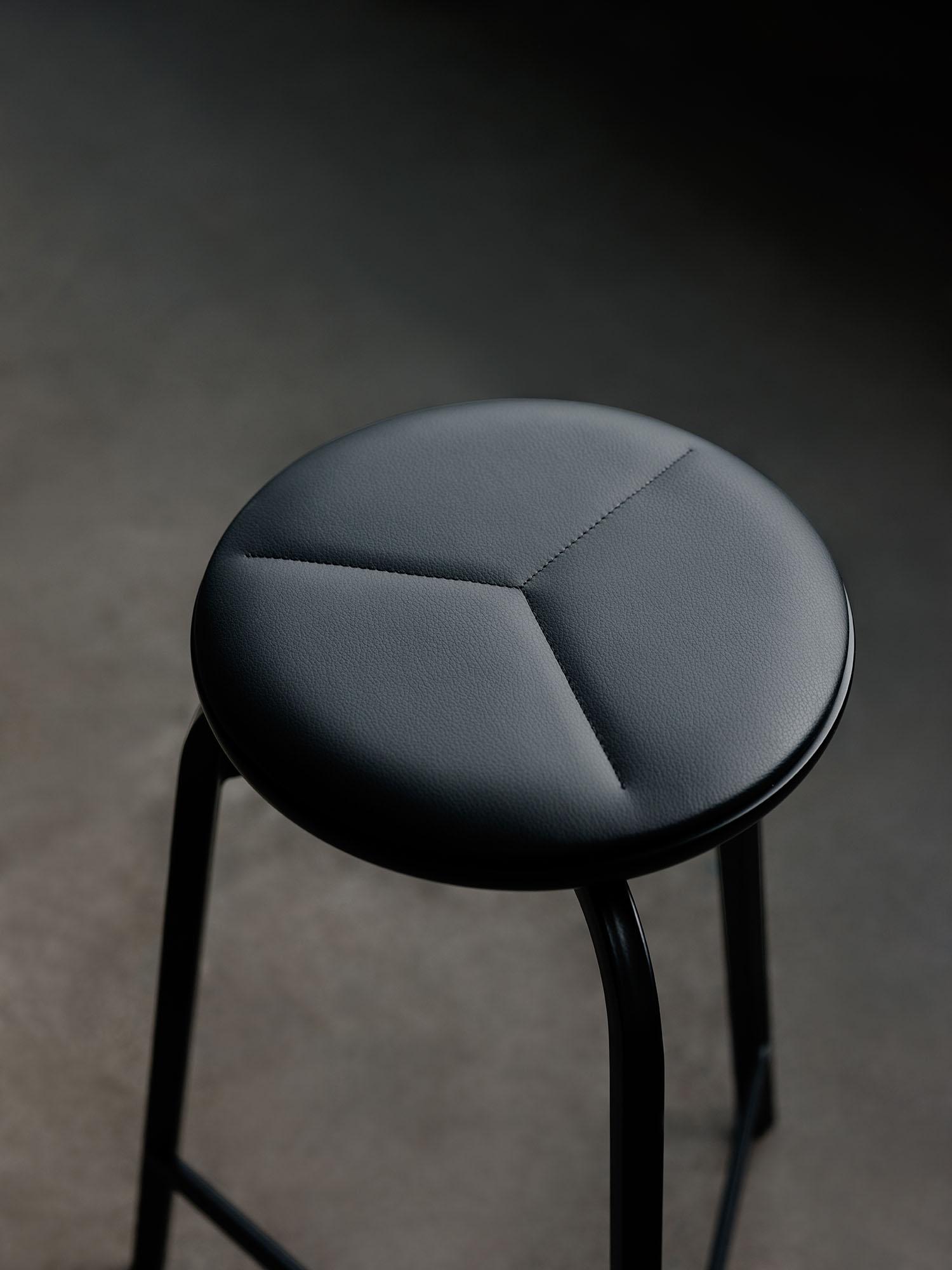 Treble_bar_stool_black_leather-seat_closeup_Northern_Photo_Einar_Aslaksen_Low-res
